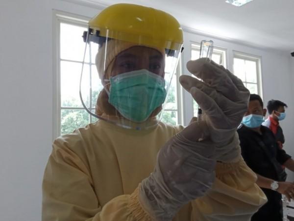 Petugas vaksinator saat akan melakukan vaksinasi di Kota Malang. (Foto: Istimewa).