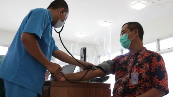 Meski vaksin ini sudah dipastikan aman, suci dan halal, petugas vaksinator tetap memastikan orang yang akan divaksin memenuhi syarat. (Foto: Ist)