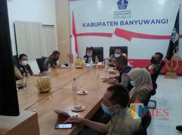 dr Widji Lestariono, Kepala Dinas Kesehatan Banyuwangi (paling kiri) saar rapat  di Posko Satgas Penanganan Covid 19 Banyuwangi Nurhadi Banyuwangi Jatim Times