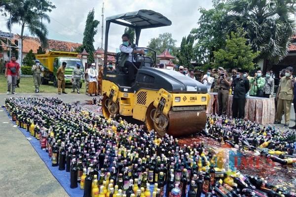 Bupati Pamekasan Baddrut Tamam saat memimpin langsung pemusnahan ribuan miras (Foto:Rozy/JatimTimes.com)