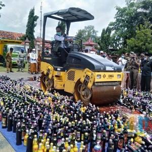 Ilegal, 2.670 Botol Miras Dimusnahkan di Pamekasan