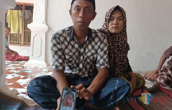 Orang tua bayi saat menunjukkan foto anaknya yang diduga tertukar di RSUD dr. Moh. Anwar Sumenep pasca persalinan (Foto doc: Syaiful Ramadhani/Jatim TIMES)