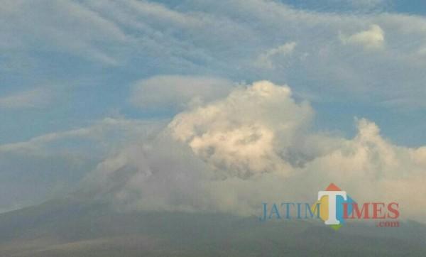 Penampakan gunung Semeru yang tertutup asap tebal dari awan panas guguran (Foto : BPBD Lumajang / Jatim TIMES)