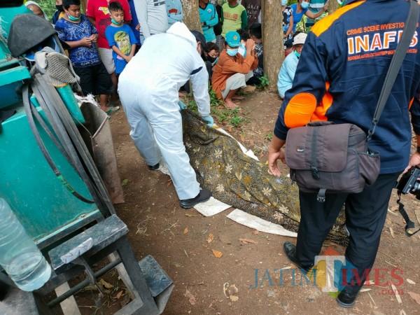 Polisi memeriksa jenazah Widodo yang tewas tenggelam