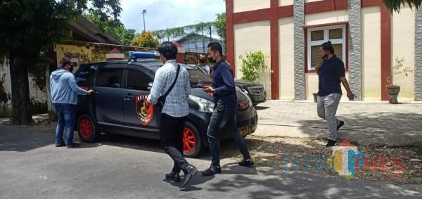 Sejumlah anggota kepolisian terlihat keluar dari kantor Disparbudpora Sumenep (Foto: Ist/JatimTIMES)