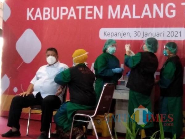 Suasana saat beberapa pejabat Forkopimda Kabupaten Malang menjalani vaksinasi covid-19, Sabtu (30/1/2021). (Foto: Ashaq Lupito/JatimTIMES)