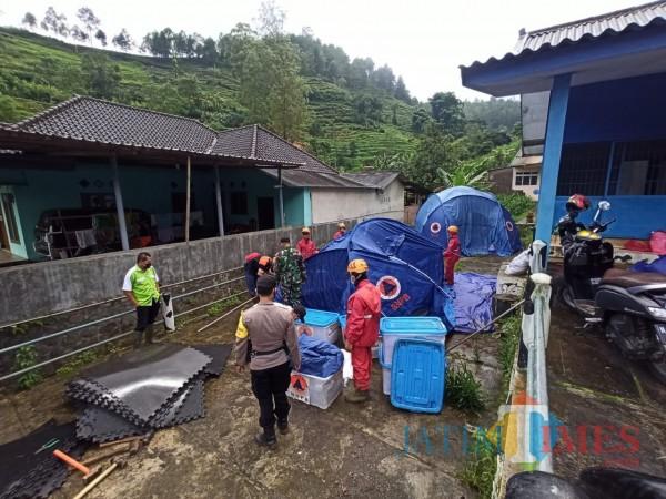 Tim gabungan saat memasang tenda relokasi di tempat yang aman diDusun Brau, Desa Gunungsari, Kecamata Bumiaji pada Senin (1/2/2021).