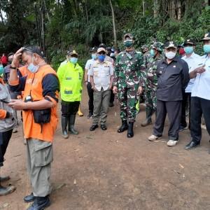 Tinjau Lokasi Longsor Beruntun, Bupati Malang Sanusi Kerahkan 3 Unit Ekskavator