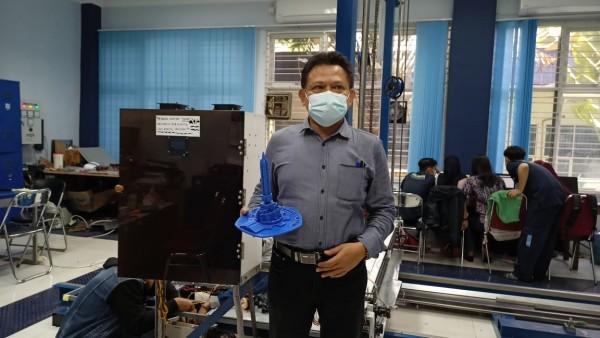 Dosen Jurusan Teknik Elektro, Dr Budhy Setiawan BSEET MT yang memperlihatkan hasil 3d printing dalam ukuran kecil (ist)