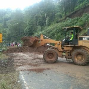 Longsor Tutup Akses Malang-Kediri, Sebabkan Kemacetan Hingga 10 Kilometer