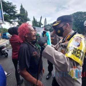 Ajak Masyarakat Tertib Prokes, Polresta Malang Bagikan Ribuan Masker di Tempat Umum