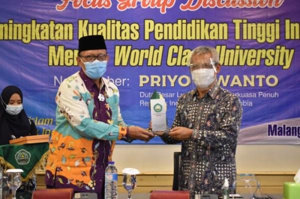 Rektor Unisma Prof Dr H Maskuri MSi saat memberikan cinderamata kepada