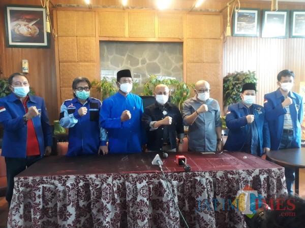 Para pendiri dan senior Partai Demokrat saat menggelar konferensi pers (Foto: JatimTIMES)