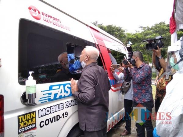 Bupati Malang Sanusi saat menjalani swab PCR melalui Mobile Lab yang dilaunching pada Sabtu (30/1/2021) lalu. (Foto: Ashaq Lupito/JatimTIMES)