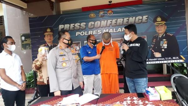 Polres Malang saat merilis pelaku prostitusi online (baju orange) yang melibatkan anak dibawah umur (foto: Humas Polres Malang for MalangTIMES)