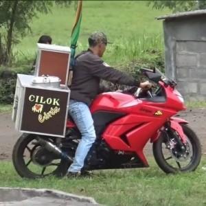 Viral Tukang Cilok Jualan Pakai Motor Sport yang Harganya Rp 30 Jutaan