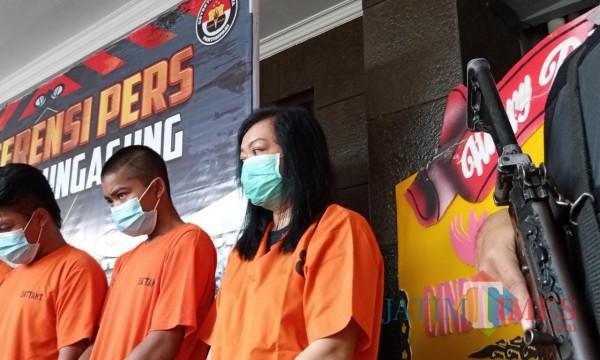 EK (kanan) saat rilis ungkap kasus selama Januari oleh Polres Tulungagung. (Foto: Joko Pramono/Jatim TIMES)