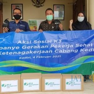 Peringati Bulan K3 Nasional, BPJS Ketenagakerjaan Kediri Serahkan Ratusan Paket APD