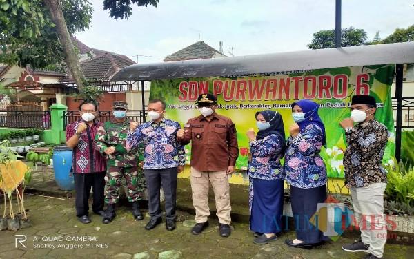 Wakil Walikota Malang, Sofyan Edy Jarwoko (empat dari kiri) saat berada di SDN 6 Purwantoro, melakukan penanaman pohon (Anggara Sudiongko/MalangTIMES)