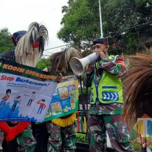 Cara Unik Anggota Koramil Kota Kediri Imbau Masyarakat dengan Kostum Topeng Ganongan