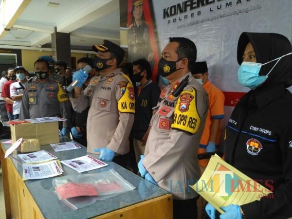 Jajaran Polres Lumajang di Depan Awak Media (Foto: Bramastyo Dhieka Anugerah / Jatim Times)