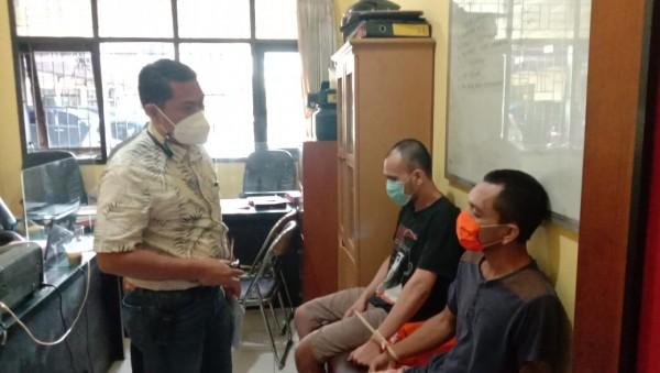 Kasat Reskrim Polresta Malang Kota Kompol Tinton Yudha Riambodo saat menginterogasi kedua tersangka, Sabtu (6/2/2021). (Foto: Istimewa)