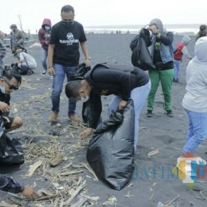Cak Thoriq Ajak Komunitas Vespa Bersih-Bersih Pantai Watu Pecak