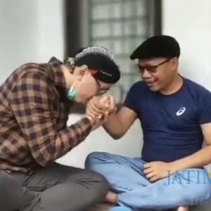 Tabayyun, Abu Janda Cium Tangan Ketum PP Pemuda Muhammadiyah