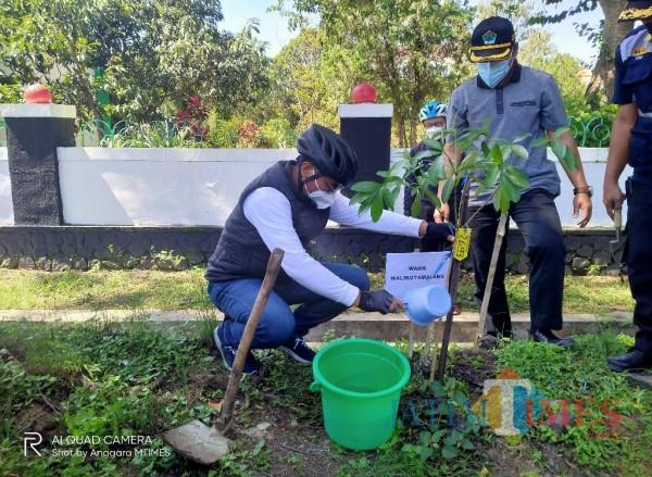 Wakil Wali Kota Malang, Sofyan Edy Jarwoko saat melakukan penanaman pohon di kawasan TMP Untung Suropati (Anggara Sudiongko/MalangTIMES)