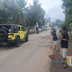 Cegah Kecelakaan, Warga Turun Tangan Tambal Jalan Berlubang di Tulungagung