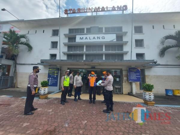 Beberapa petugas gabungan saat berada di Stasiun Malang Kota Baru, Selasa (2/2/2021). (Foto: Tubagus Achmad/ MalangTIMES)