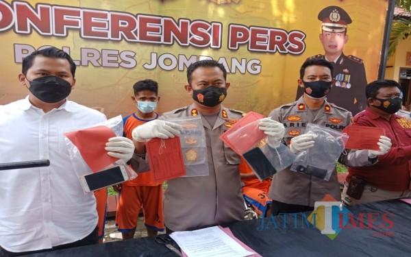 Kapolres Jombang AKBP Agung Setyo Nugroho menunjukkan barang bukti saat konferensi pers. (Foto : Adi Rosul / JombangTIMES)