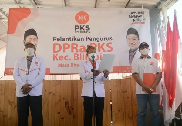 Ketua DPD PKS Kota Malang Ernanto Djoko Purnomo (tengah) saat melantik DPRa se-Kecamatan Blimbing. (Foto: Istimewa).