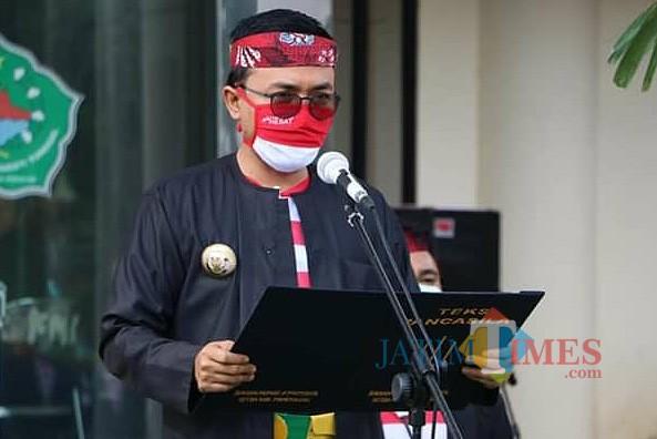 Salah satu baju adat madura pesak saat dikenakan oleh Bupati Pamekasan Baddrut Tamam (Foto:Istimewa/JatimTimes.com)