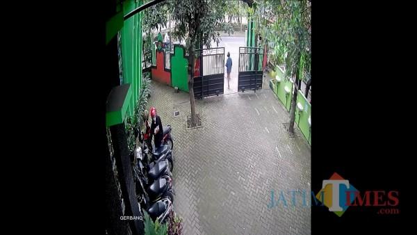 Screenshots CCTV yang menunjukkan gerak-gerik pelaku saat mencuri sepeda motor milik Sufia Dewi (46) di SDN Sawojajar 1, Senin (8/2/2021). (Foto: Istimewa)