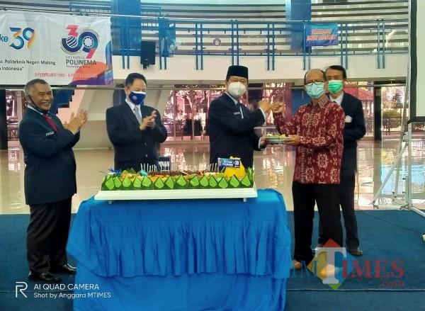 Direktur Polinema, Awan Setiawan saat memberikan potongan tumpeng kepada civitas akademika Polinema (Anggara Sudiongko/MalangTIMES)