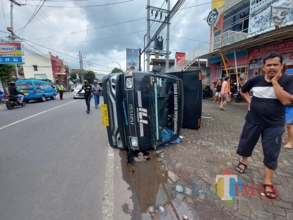 Kondisi Mobil Box yang terguling akibat kecelakaan di Jalan Mayjen Panjaitan Kota Malang, Selasa (9/2/2021). (Foto: Tubagus Achmad/MalangTIMES)