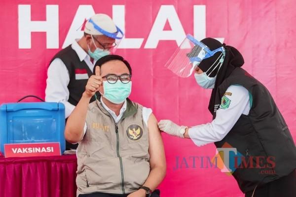Bupati Pamekasan Baddrut Tamam saat disuntik Vaksin Sinovac Tahap ke-2 (Foto: Rozy/JatimTIMES.com)