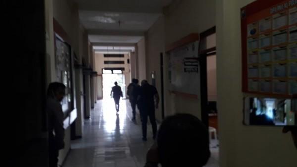 Terlihat penyidik KPK keluar masuk dari ruang Reskrim Polres Batu, Rabu (10/2/2021)