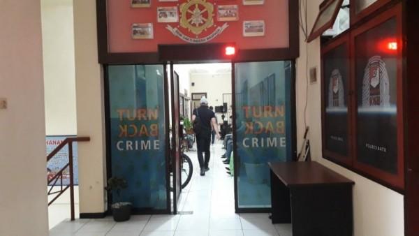 Penyidik KPK memasuki ruang Reskrim Polres Batu, Rabu (10/2/2021)