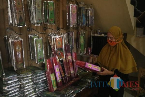 Owner Dupalo Rosa Amelia saat menunjukkan produk dupa buatannya. (Arifina Cahyanti Firdausi/MalangTIMES).