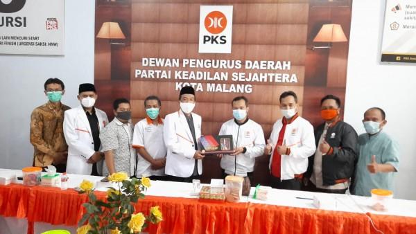 Para pengurus DPTD PKS Kota Malang dan juga pengurus DPTD PKS Kota Kediri tengah berfoto bersama dan melakukan penyerahan souvernir (Ist)