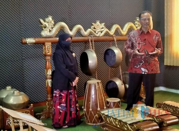 Rektor UIN MALIKI Malang, Prof Abdul Haris (kanan) saat menunjukan gamelan di Fakultas Humaniora (Anggara Sudiongko/MalangTIMES)