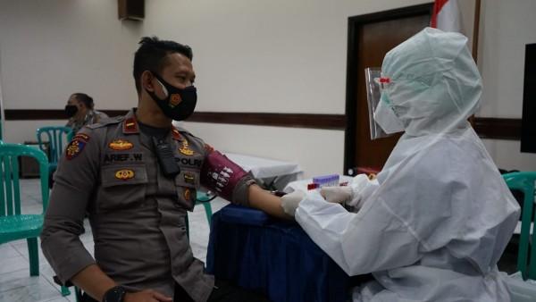 Salah satu personel Polres Malang saat donor darah plasma konvaselen (foto: Humas Polres Malang for MalangTIMES)