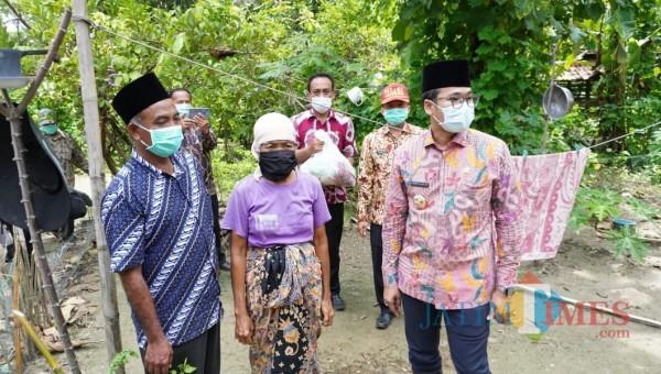 Bupati Bangkalan saat mendatangi rumah warga (Foto: Imam/JatimTIMES)