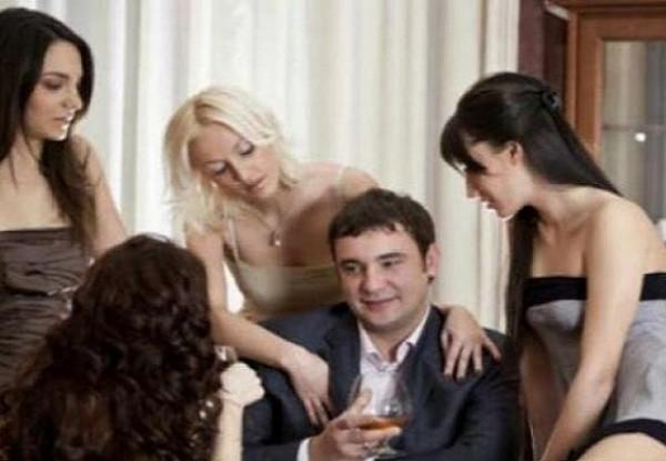 Gambaran pria dengan banyak teman wanitanya. (Foto:  Paragram.id)