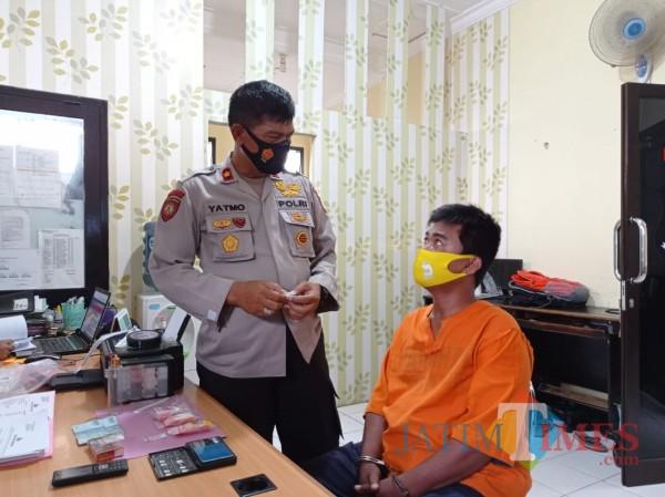 Kapolsek Kepanjen, Kompol Yatmo (kiri) saat mengintrogasi tersangka pengedar sabu (Hendra Saputra/MalangTIMES)