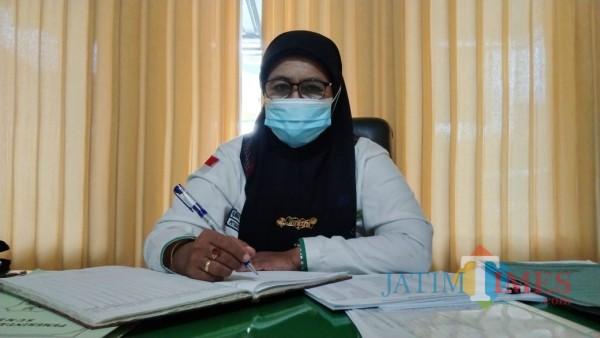 Kasi Penyelenggaraan Haji dan Umrah Kantor Kemenag Sumenep, Innani Mukarromah saat ditemui di ruang kerjanya (Foto: Ist/JatimTIMES)