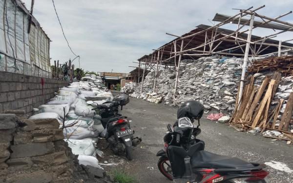 Limbah B3 berupa slag alumunium terlihat tertumpuk di salah satu industri yang ditutup Satpol PP Jombang. (Istimewa)
