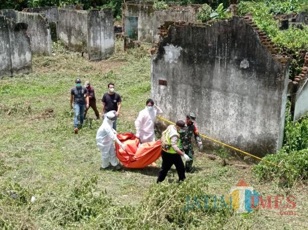 Mayat korban yang di evakuasi pihak kepolisian dan muspika setempat (Hendra Saputra/MalangTIMES)